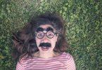 """alt=""""ragazza con maschera ride sull'erba"""""""