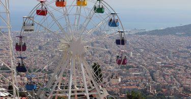 """alt=""""ruota panoramica con vista su Barcellona"""""""