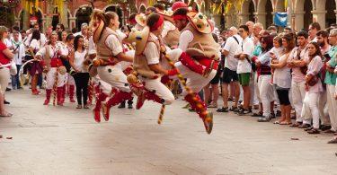 """alt=""""persone in costume tradizionale che saltano"""""""